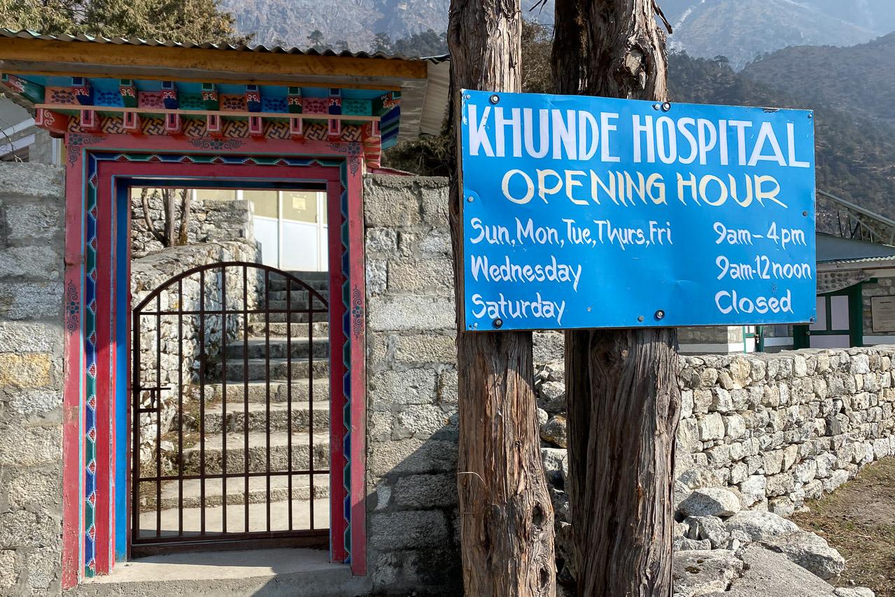 Das Spital in Khunde wurde im Jahr 1966 von Edmund Hillary, dem Erstbesteiger des Mount Everest, gegründet