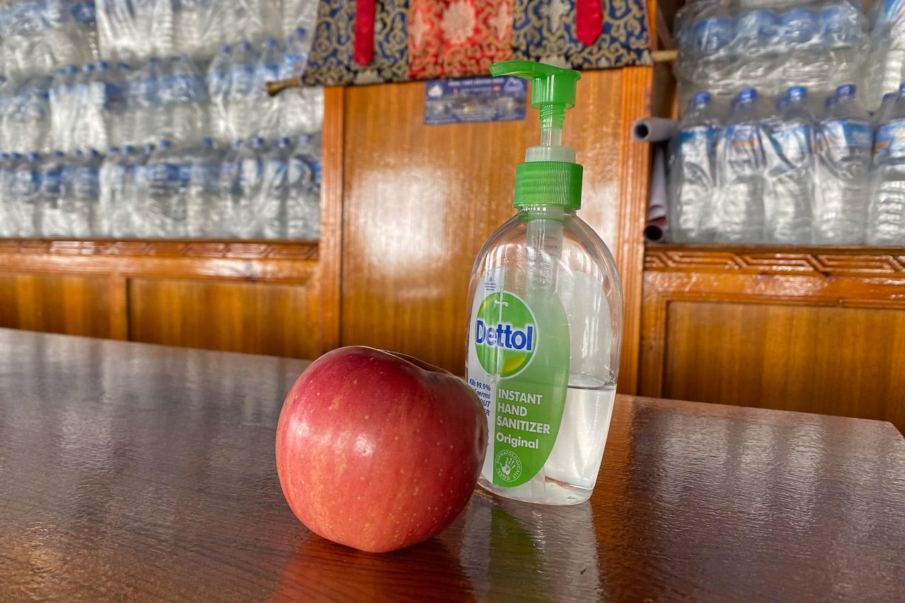 Der Lodgebesitzer in Gorak Shep nimmt es genau mit der Hygiene. Sogar den Apfel möchte er desinfizieren, was ich aber danken ablehne.