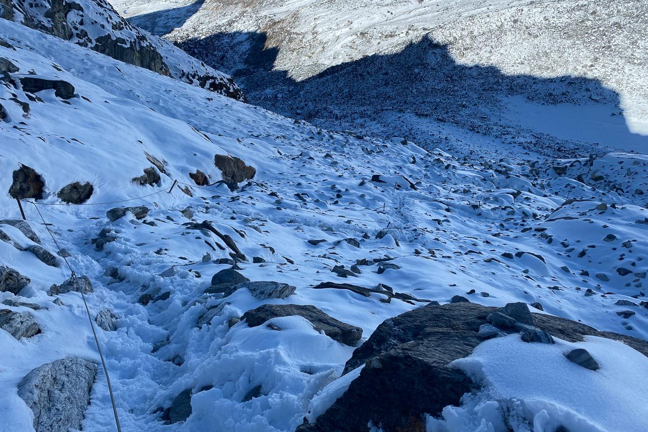 Auch bei Schnee ist der mit Drahtseilen gesicherte Übergang gut zu bewältigen.