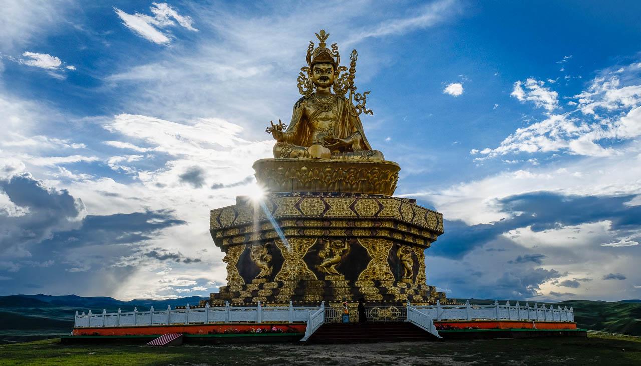 Riesige Statue des Tantrikers Padmasambhava