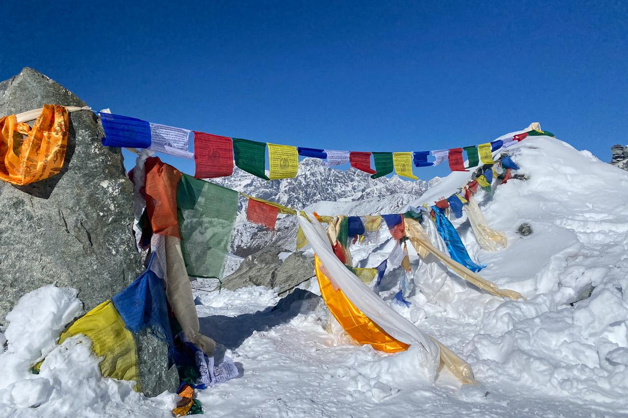Passhöhe des 5420 Meter hohen Cho La. Natürlich haben wir unsere Gebetsfahnen aufgehängt, wie es im Himalaya Brauch ist. Dies soll Glück bringen und für eine sichere Weiterreise sorgen.