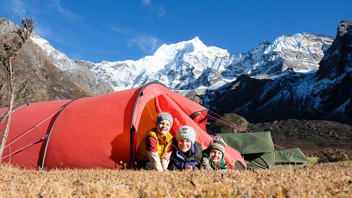 Ein Zeltplatz schöner als der andere am Fuss von Schneegipfeln in Bhutan