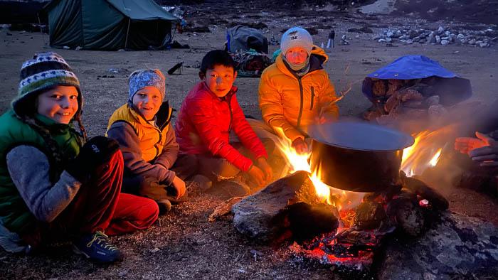 Unsere Kinder befreunden sich mit dem Hirtenbub Thinle