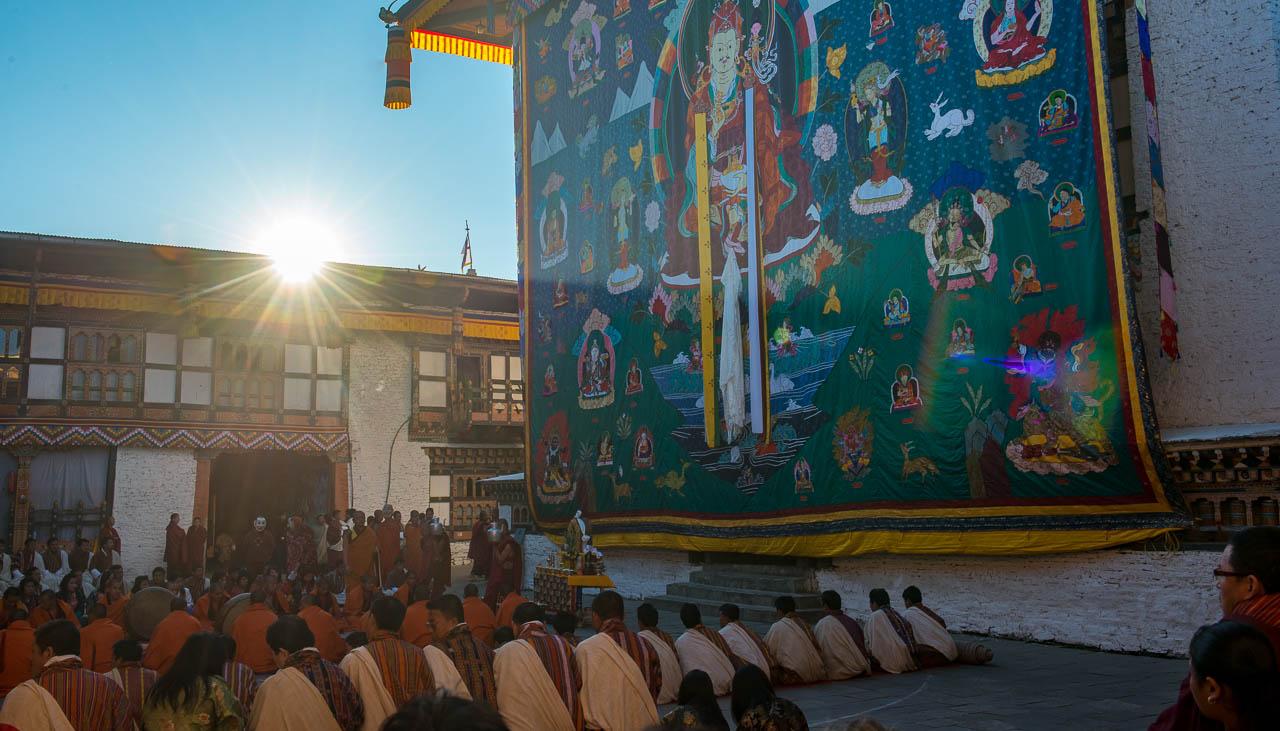 Thangka-Zeremonie frühmorgens im Kloster Trashigang
