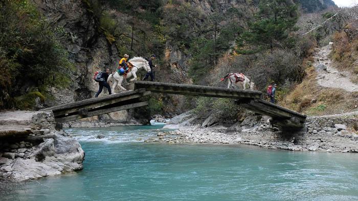 Seit kurzem gibt es eine Brücke über den Fluss