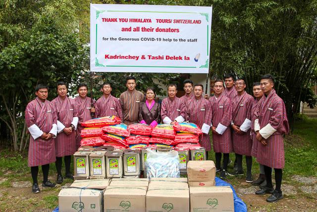 In Bhutan konnten wir die Verteilung im Juli durchführen. Die einen Mitarbeiter sind aus Zentralbhutan angereist, um persönlich dabei sein zu können.