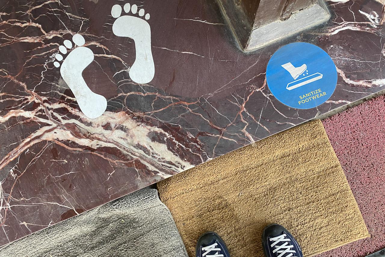 Mit Desinfektionsmittel behandelte Bodenmassen zum Desinfizieren der Schuhsohlen.