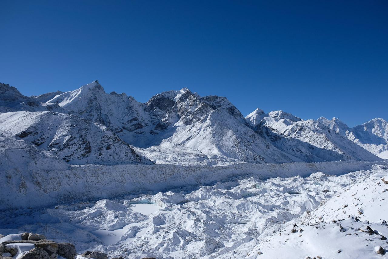 Blick über den imposanten Khumbu-Gletscher, welcher sich vom Everest talwärts schiebt.