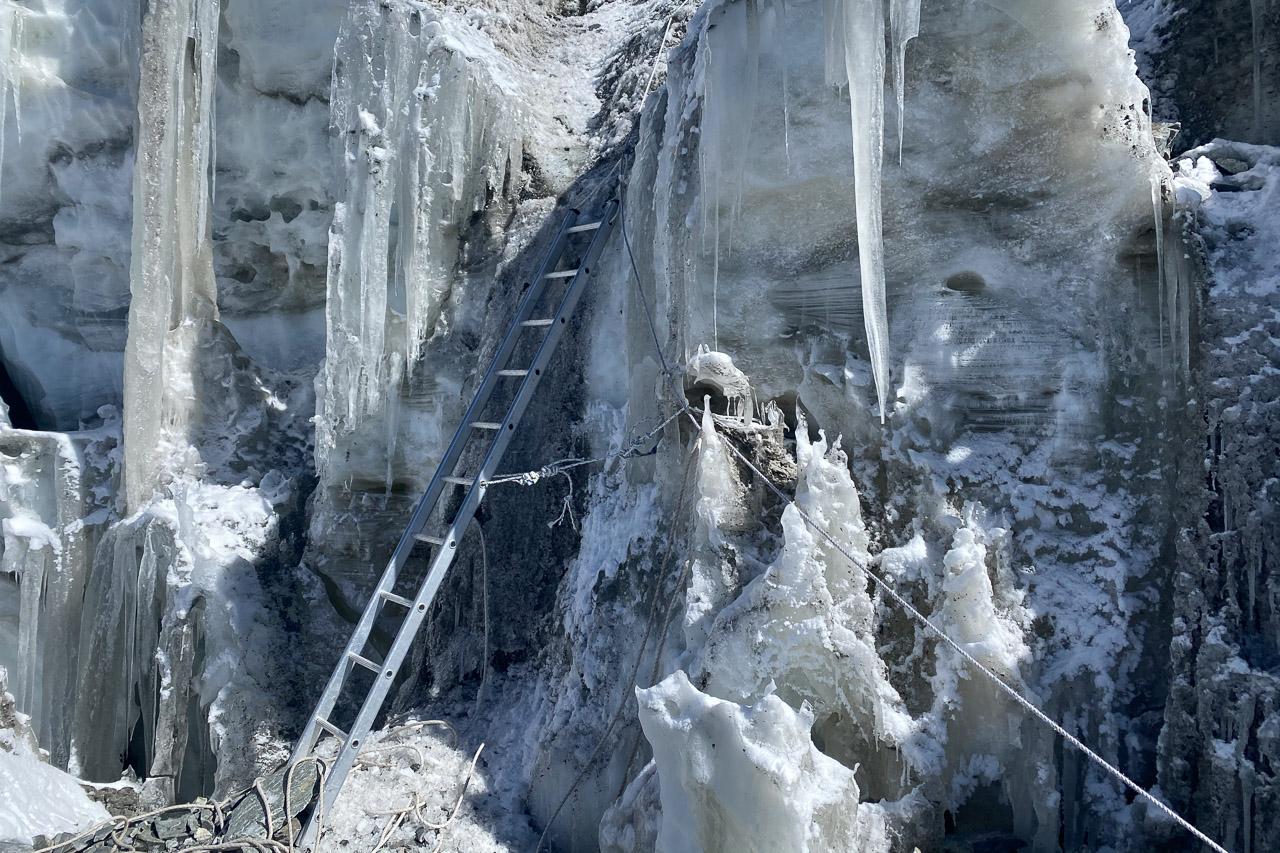 Je nach Verhältnissen werden auch mal Leitern eingesetzt.