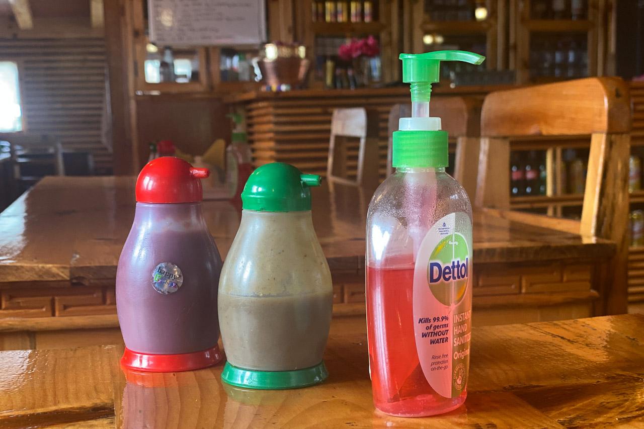 In einigen Teahouses steht neben den Flaschen mit Ketchup und Chilisauce zusätzlich noch eine Flasche mit Desinfektionsmittel.