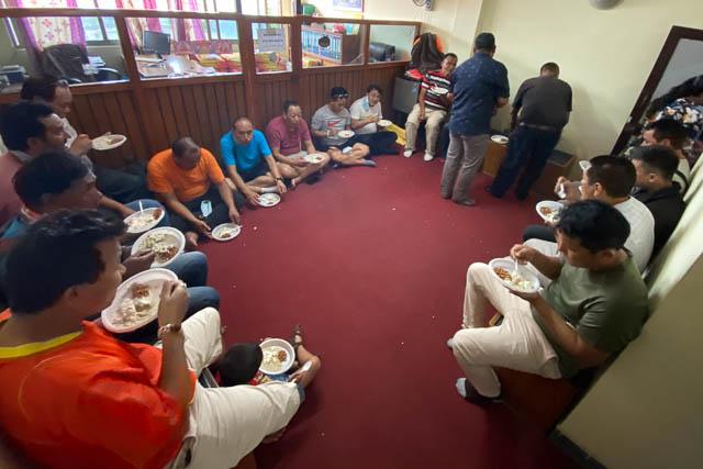 Am Tag der Verteilung in Nepal gab es für die ganze Crew wieder mal ein «gutes Essen»