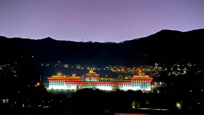 Der mächtige Dzong von Thimphu in der Abenddämmerung