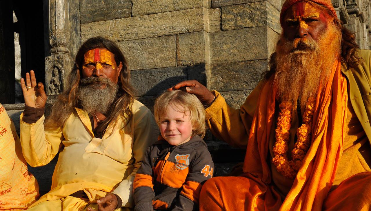 Gian-Andri Zwahlen (4-jährig) mit Sadhus am Tempel von Pashupatinath in Kathmandu