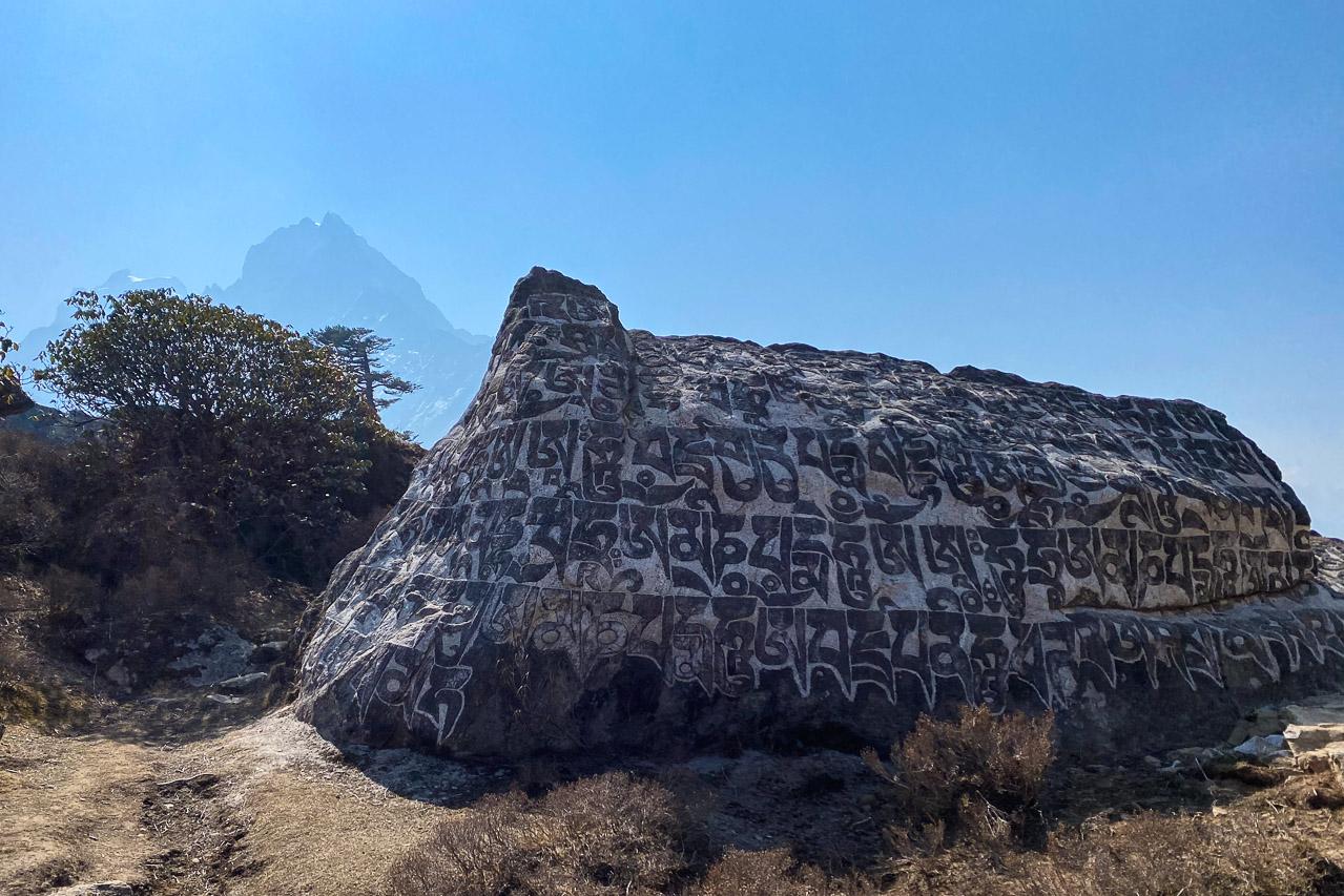 Während dem touristischen Vollstopp im 2020 hatten die Sherpa Zeit, die Mane an den Felsblöcken neu zu färben