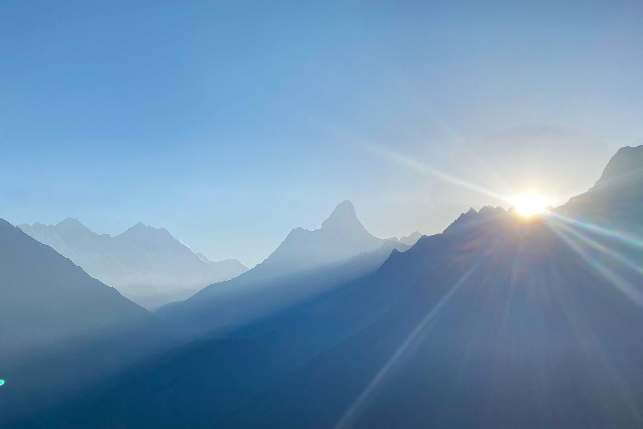 Mitte Ama Dablam, links davon die 8000er Lhotse und Mount Everest