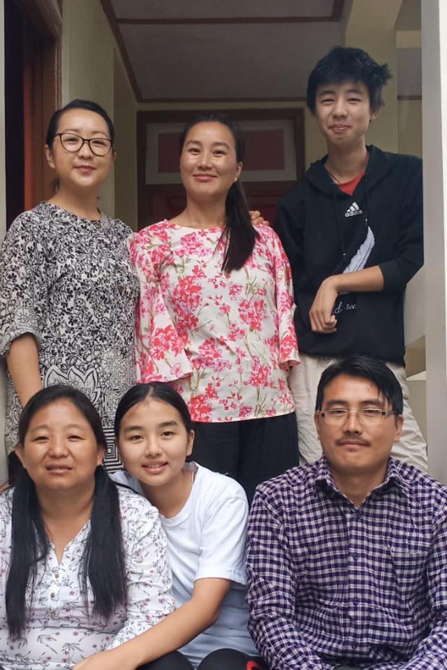 Pema (oben links) aus Sikkim mit ihrer Familie.