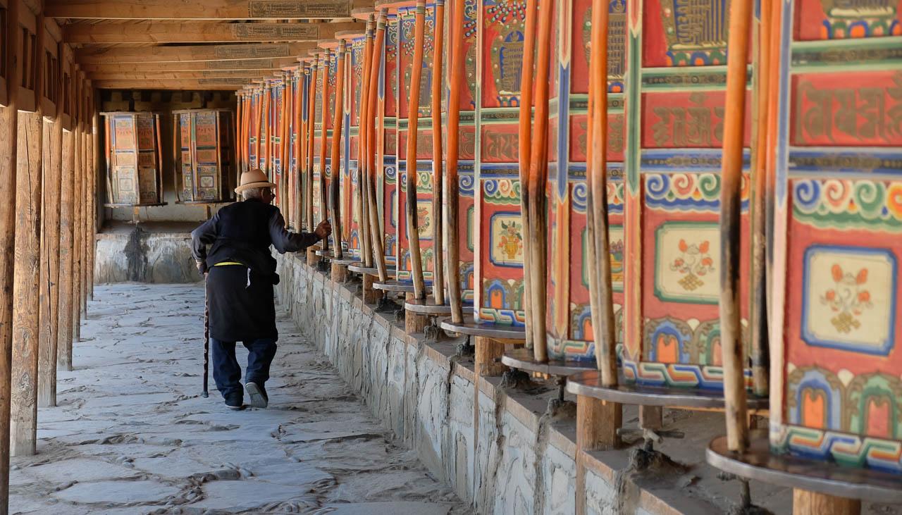 Hölzerne Gebetsmühlen in Tibet