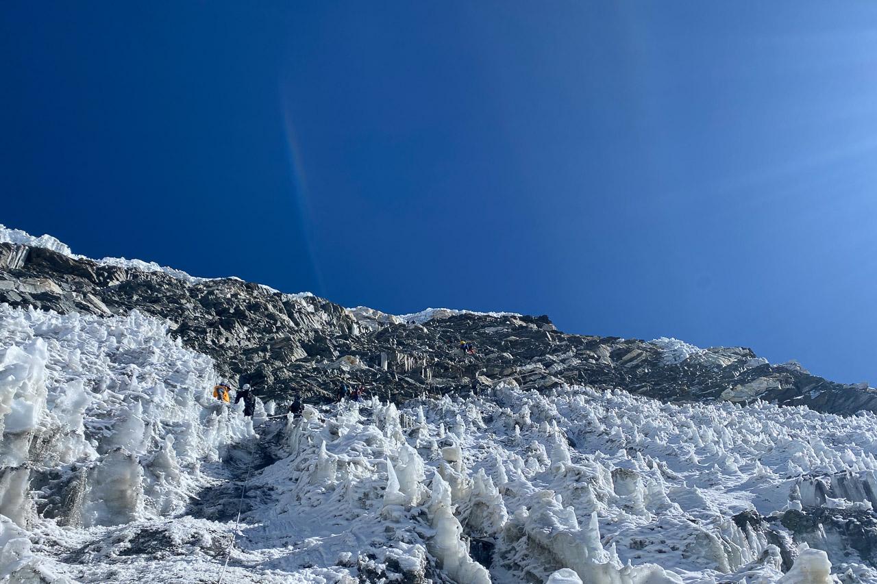 Gesichert mit Fixseilen geht es hoch durch Eis und Fels.