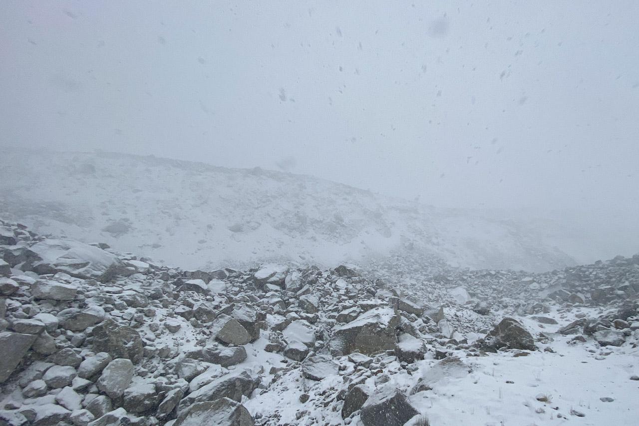Es ist schwierig, den verschneiten Pfad durch die Geröllfelder zu finden.