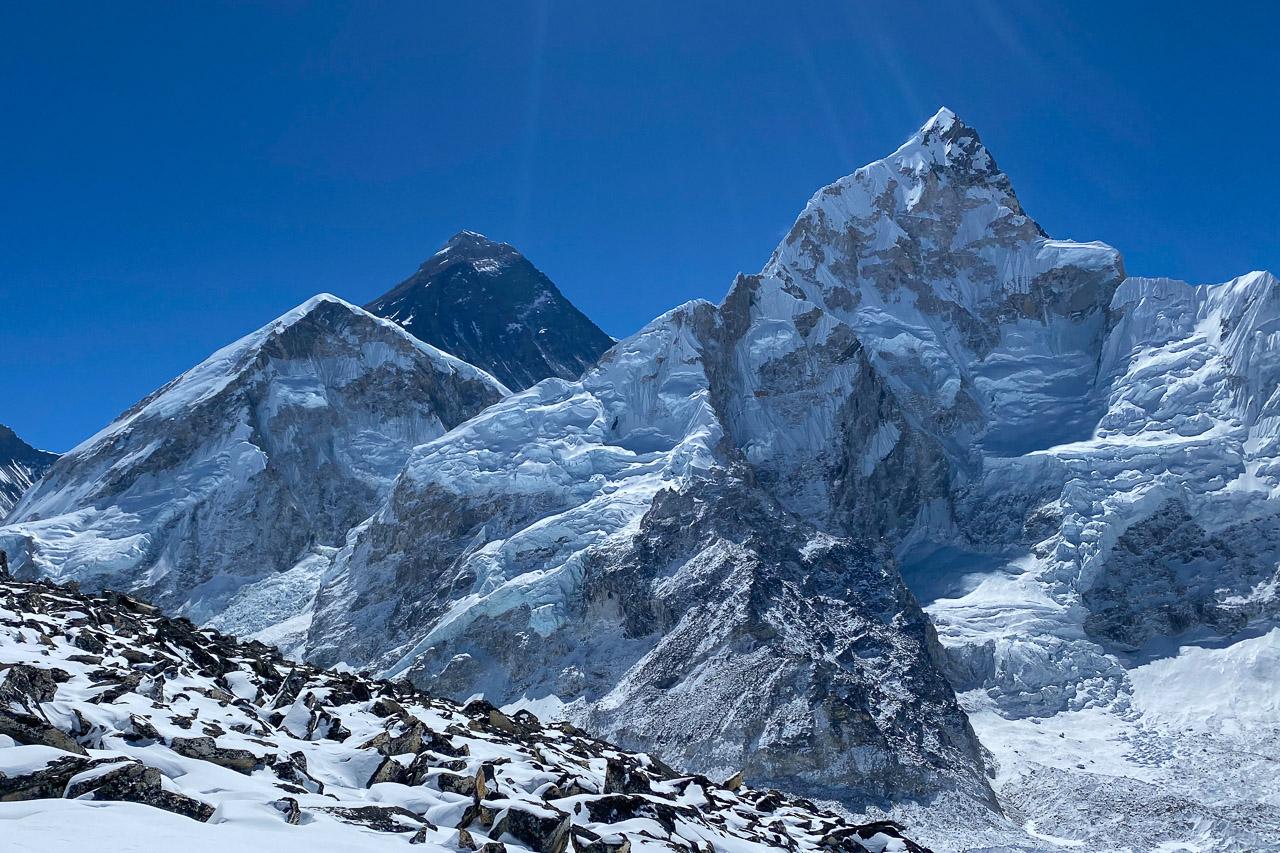 Mitte Mount Everest, recht 7861 Meter hoher Nuptse, links der «kleine» Khumbutse (6665 Meter).