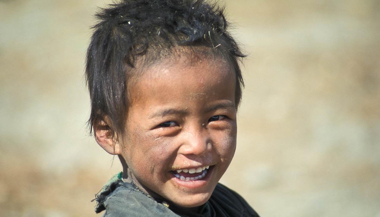 Tibetischer Nomadenbub am Tsomoriri in Ladakh