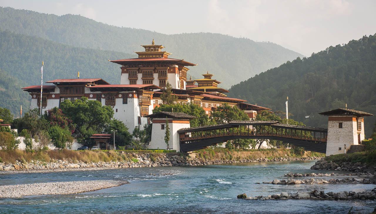 Mächtiges Dzong von Paro in Bhutan
