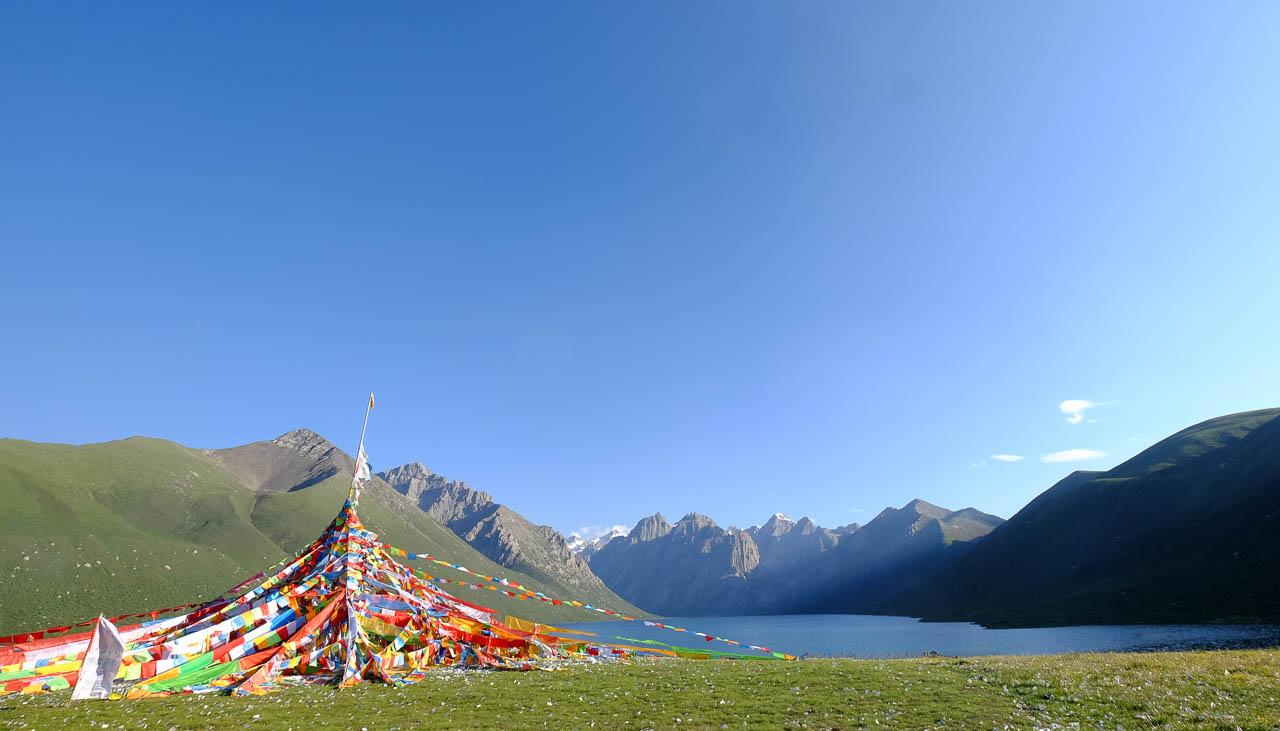 Heiliger Bergsee von Nyenpo Yurtse in Amdo im Osten Tibets