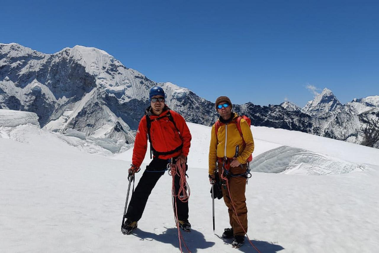 Unser lokaler Partner Kami und Thomas auf dem Gletscher.