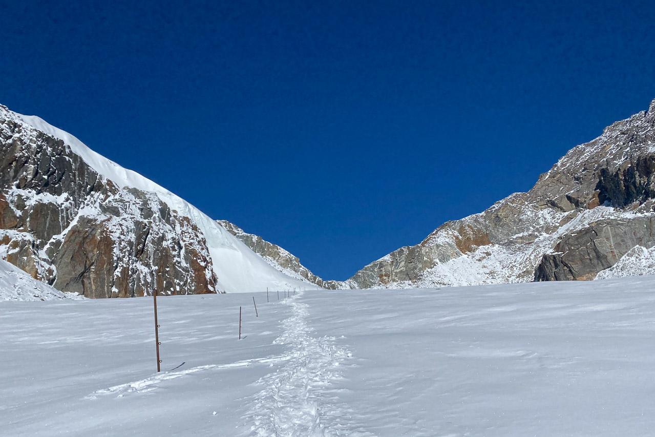 Der Weg über den Gletscher ist mit Stangen gut markiert.