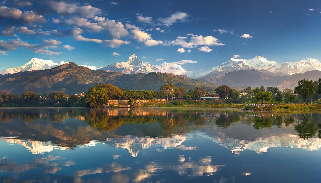 Phewa-See in Pokhara mit Ausblick auf Annapurna und Manaslu
