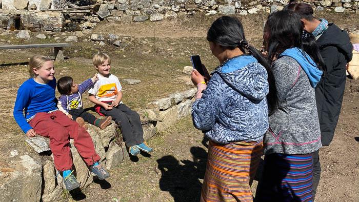 Unsere Kinder sind beliebte Fotosujets in Bhutan
