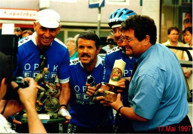 1. Tour de Lourdes: Vor dem Start - v.l.n.r.: Richard Schier, Fredl Zach, Peter Reicher - Fredl Zach begleitete uns mit dem Rad die ersten zwei Etappen bis Sillian/Südtirol
