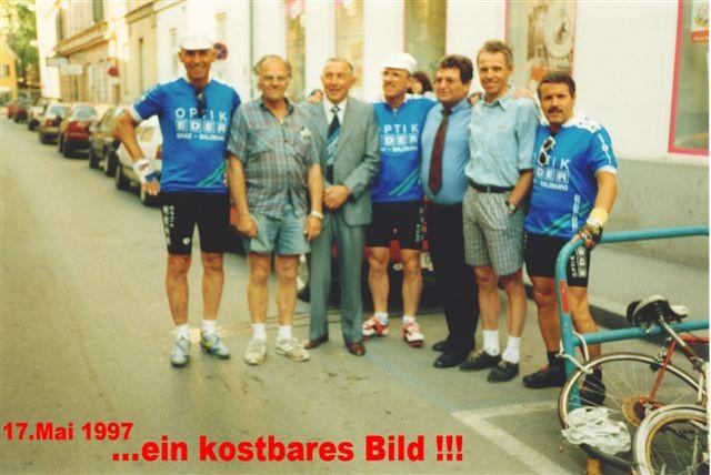 3.v.l.: Stefan Mascha - 2 facher Österreich-Rundfahrt-Sieger, 2.v.r.: Rudi Mitteregger - 3 facher Österreich-Rundfahrt-Sieger, ganz rechts: Fredl Zach, die österr. Boxlegende