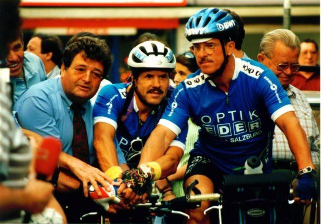 1. Tour de Lourdes: Startszene v.l.n.r.: Rudi Mitteregger, Sponsor Gerhard Eder, Boxlegende Fredl Zach und Peter Reicher