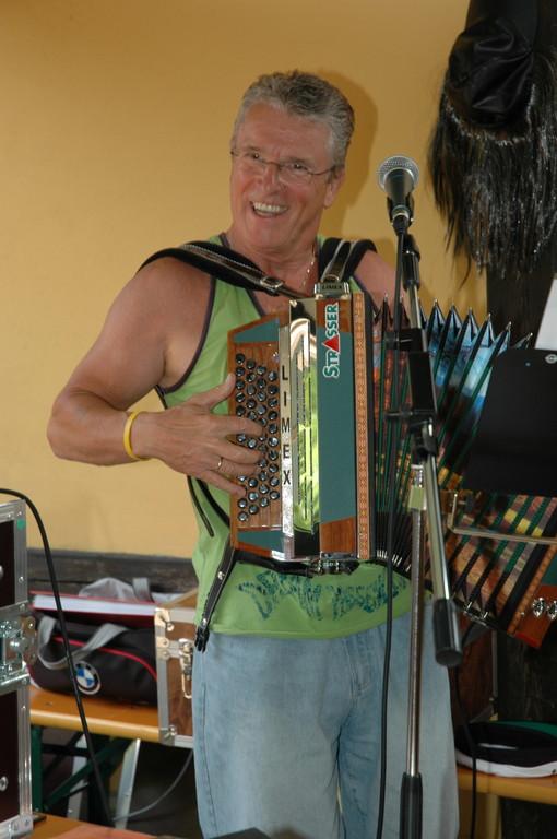 Peter auf seiner geliebten Steirischen Harmonika