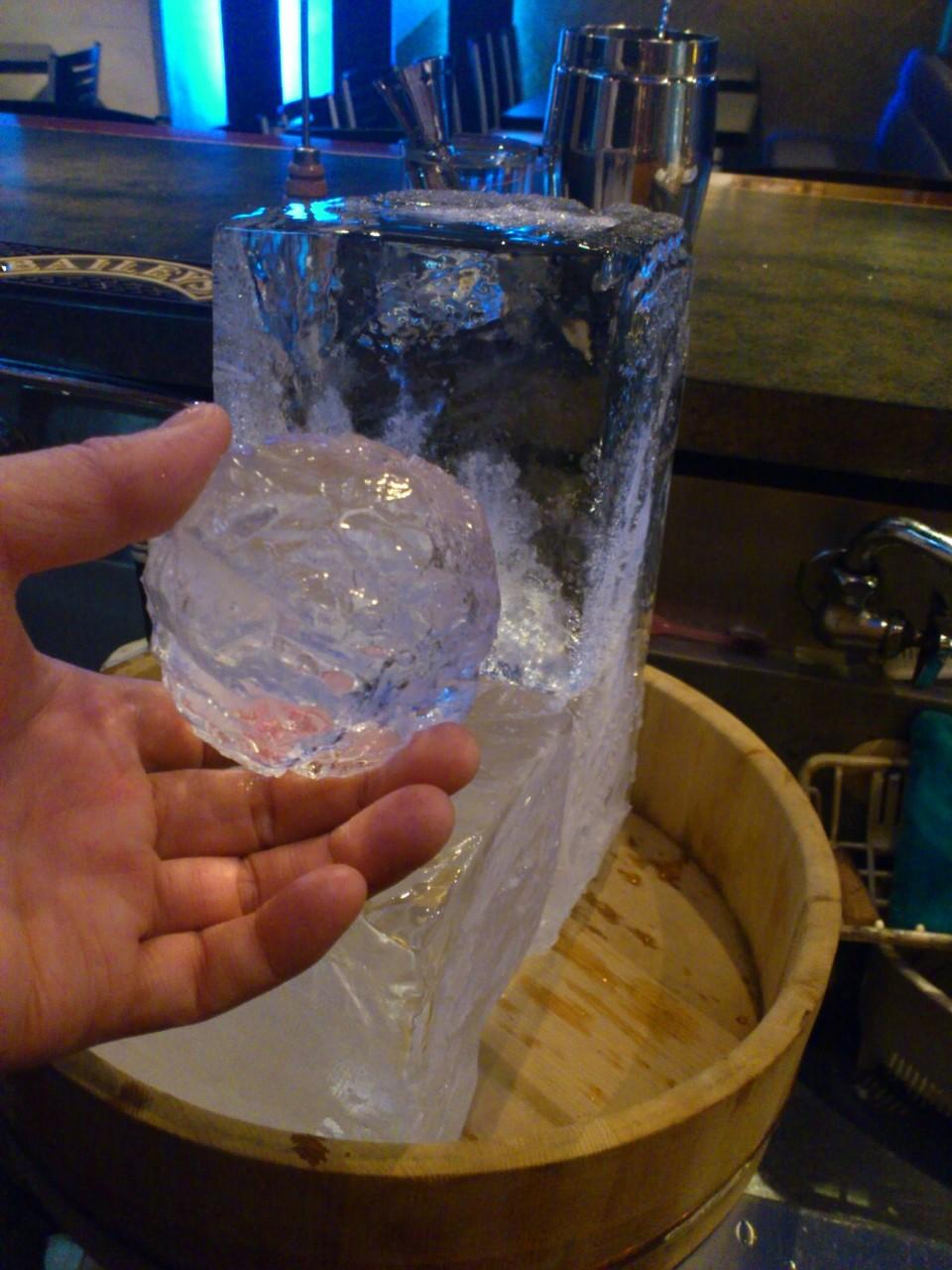 仕入れしている自慢の硬い氷はお酒を一段とおいしくさせます。