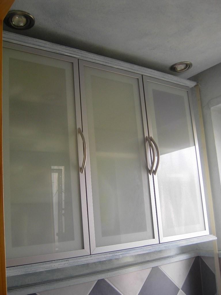 Hängeschrank Alu / Glasfront / Deckenfeld Himmelblau