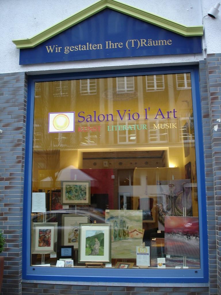 Schaufenster im Januar 2012 des Salon Vio l'Art bei Terra & Art. Es stellen aus: Die Künstlerinnen Ulrike Kröll und Jana Paul.