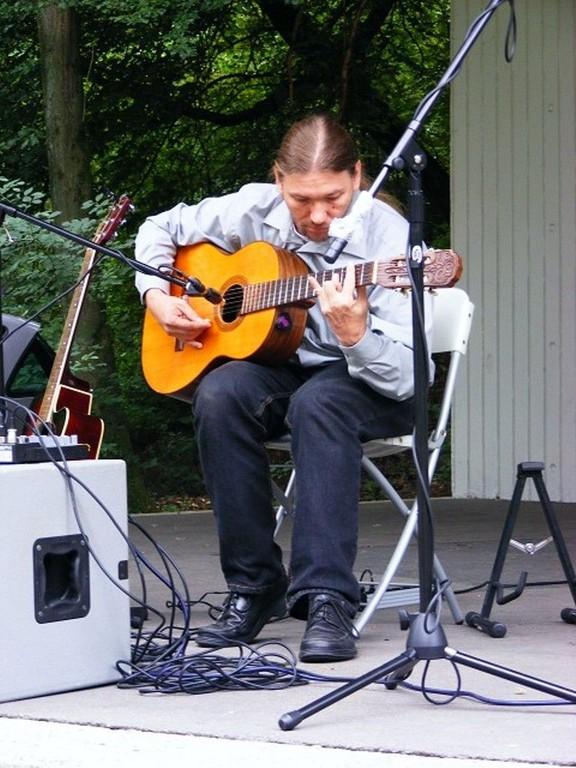 Mitchel Summer auf der Flamenco- und Folkgitarre während der Open Air Vernissage C'est l'été!   –  Es ist Sommer!