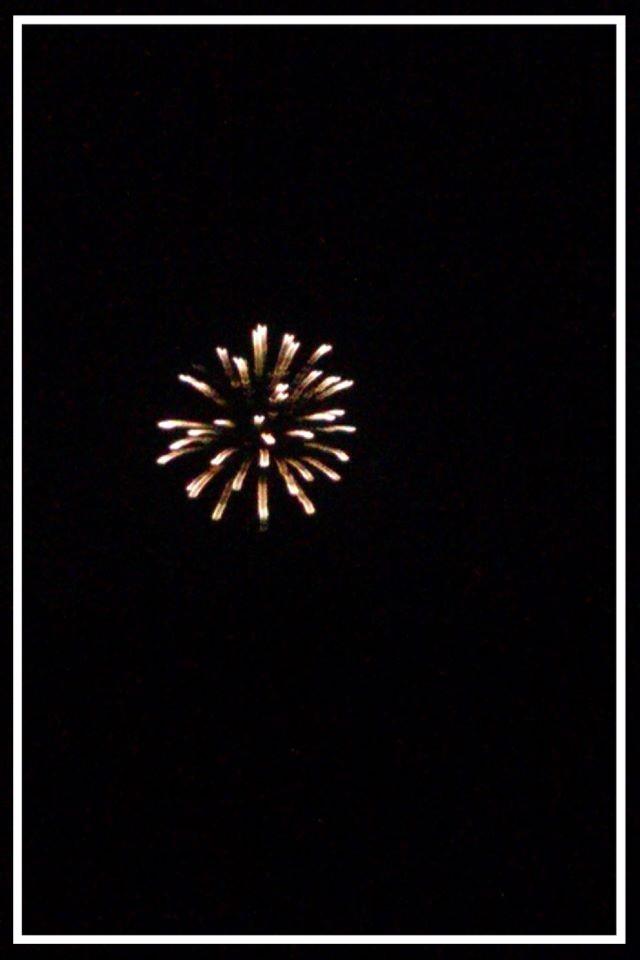 Feuerwerk über der Küste bei Nacht