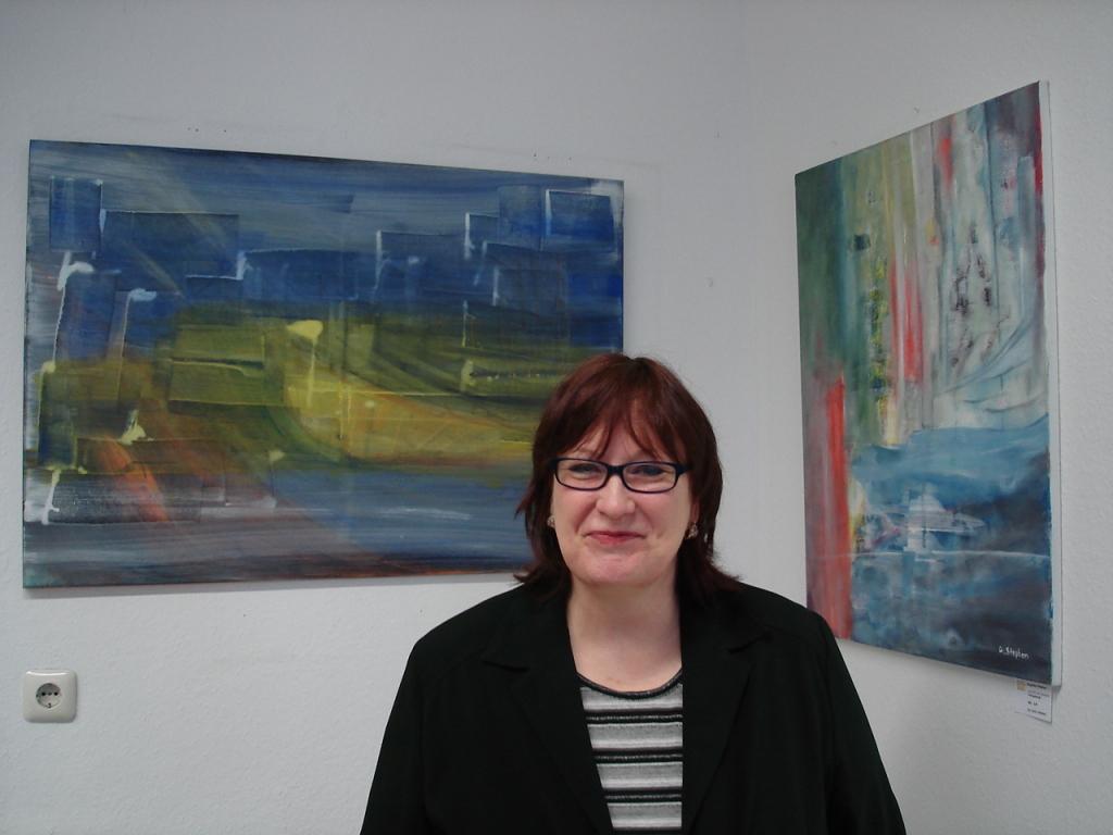 Angelika Stephan vor ihren Acrylbildern: Abstraktes