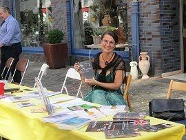 Jana Paul und Hildegard Hugo am Bücherstand vor dem Salon Vio l'Art