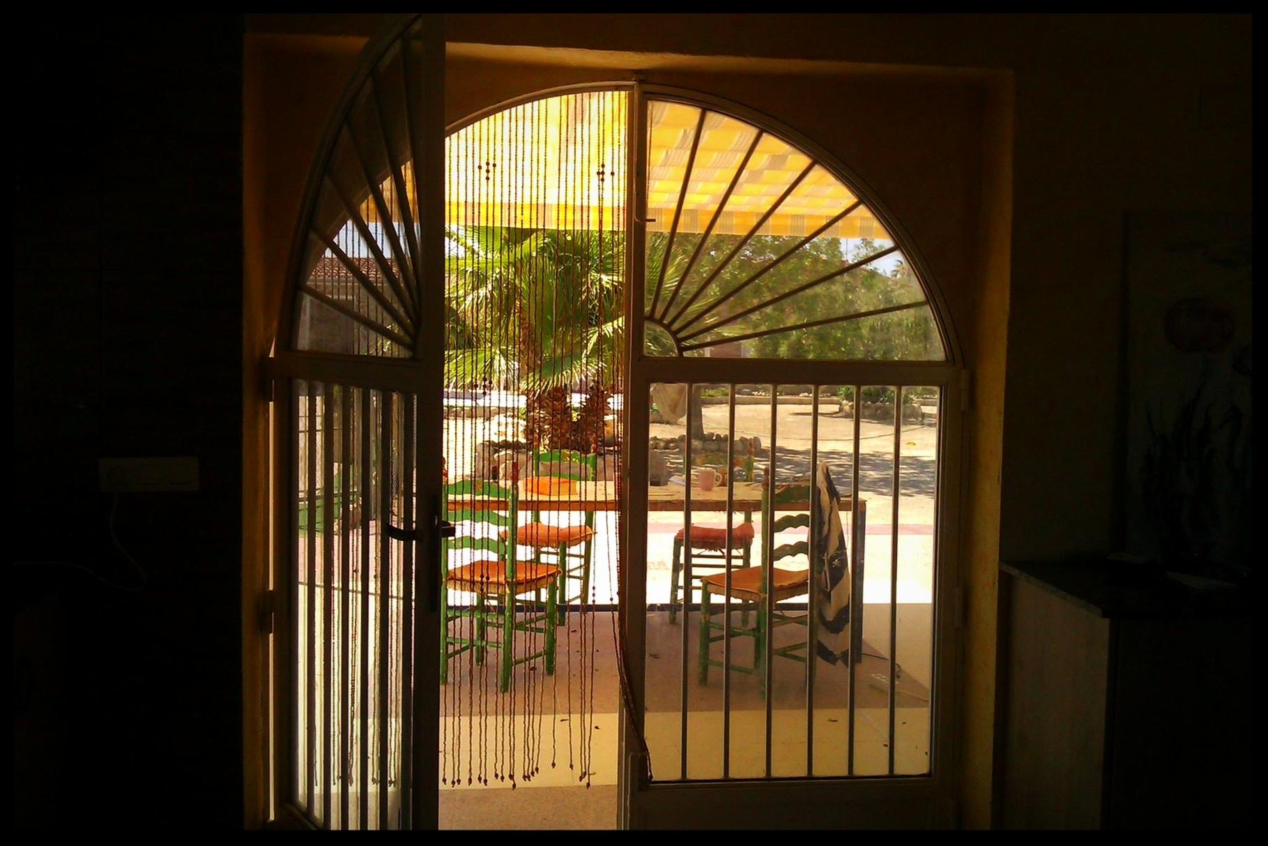 Überdachter Zugang zur Außenküche