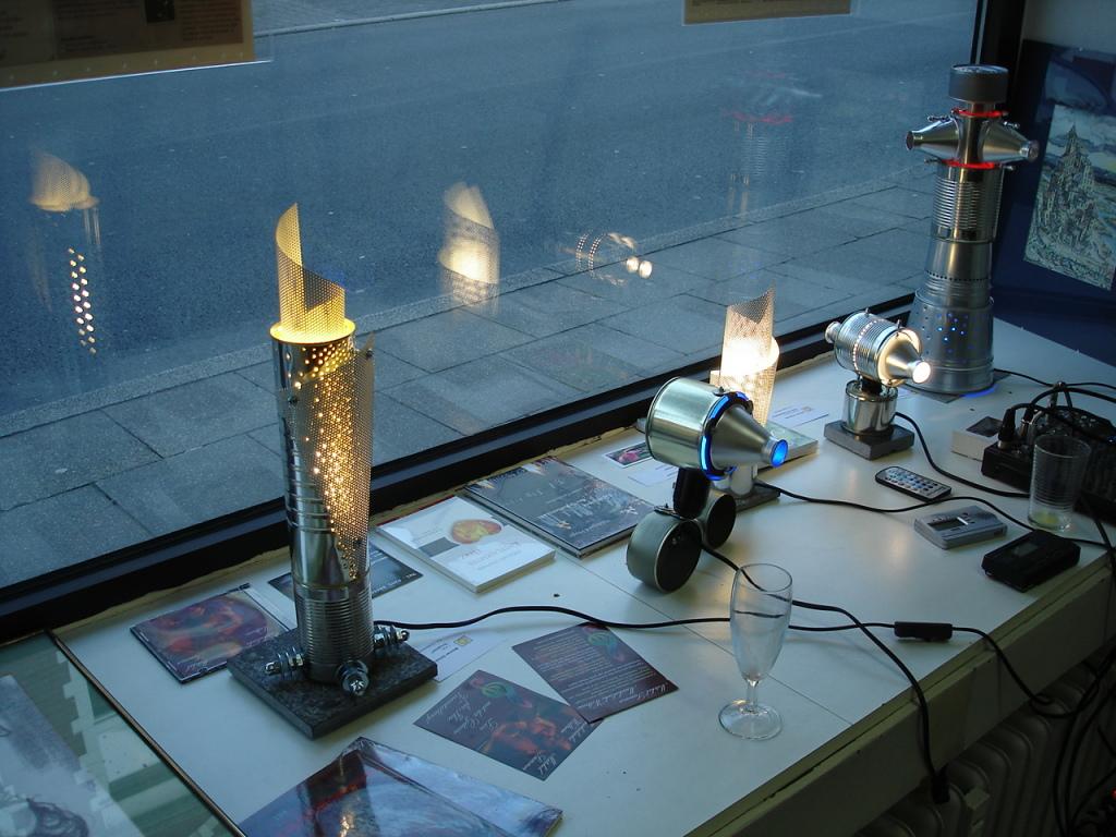 Werner Schaluda: Lichtdesign und Objektkunst im Schaufenster der WAZ-Räume in Bochum-Wattenscheid