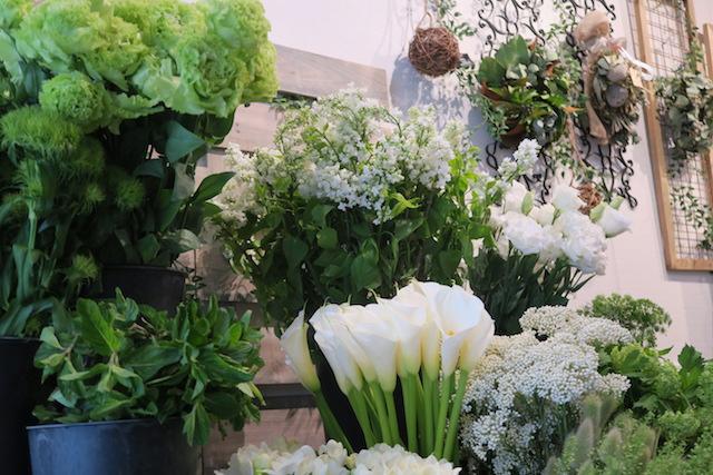 白とグリーンの爽やかなお花たちが皆様をお迎えします!