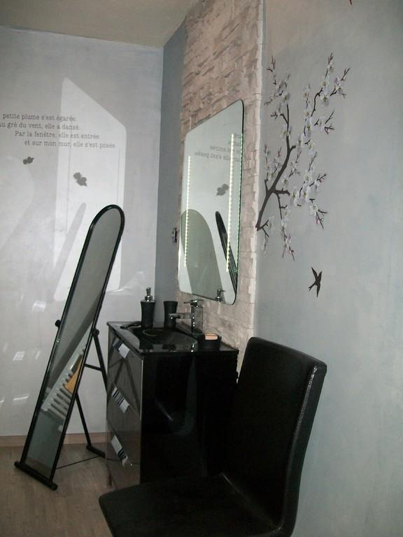La salle de bains noire laquée