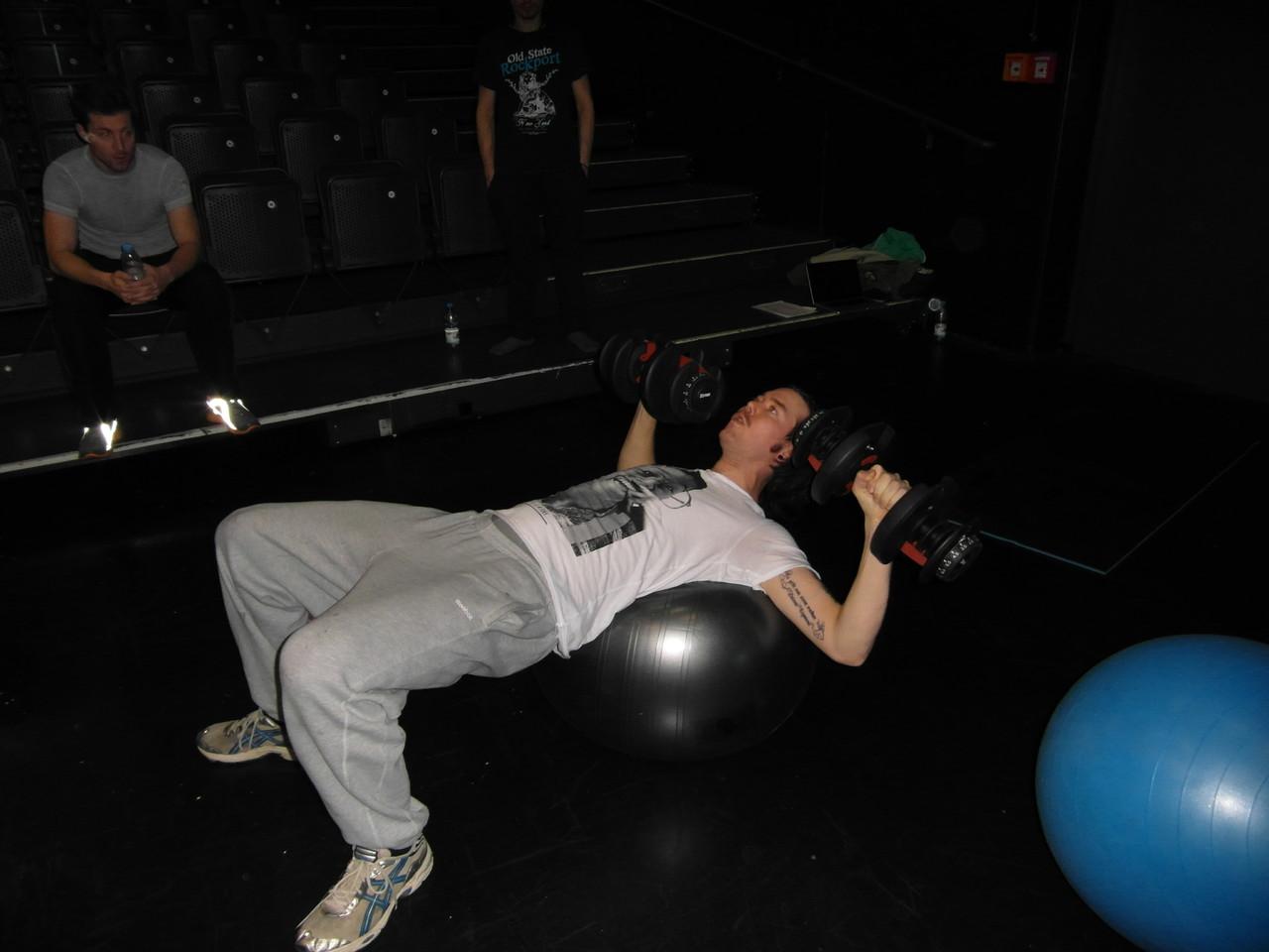 Koordinatives Krafttraining mit Hantel und Gymnastikball