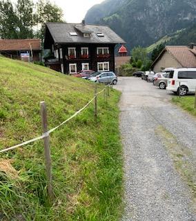 Flacher Schotterweg zur Scheune