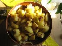 Gedünstete Äpfel mit Rosenblüten