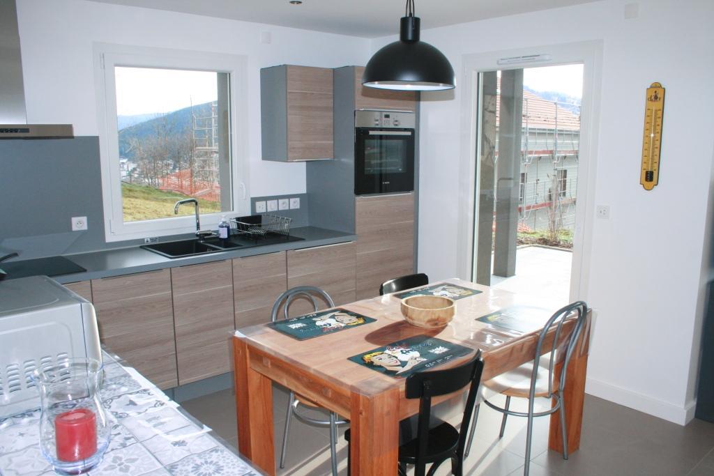 La cuisine équipée donnant sur la terrasse